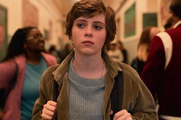 protagonista serie paseando por pasillo instituto americano