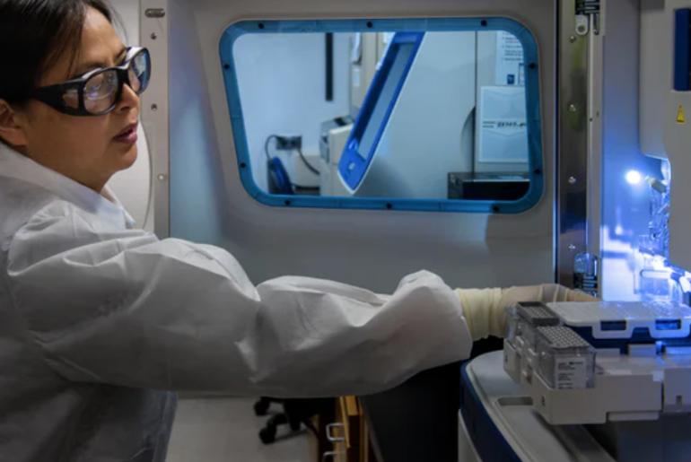 mujer científico manipulando activos en laboratorio